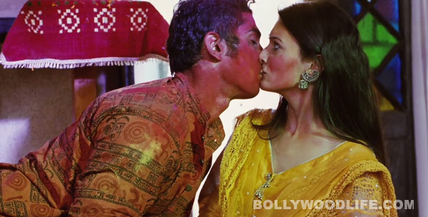Issaq song Enne unne: Prateik kisses Amyra Dastur forcefully!