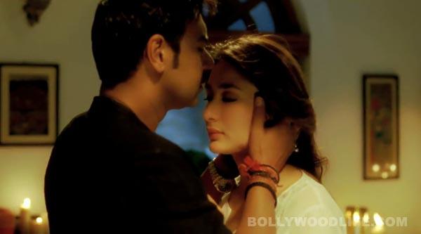 Aamir and kareena kiss in 3 idiots - 3 7