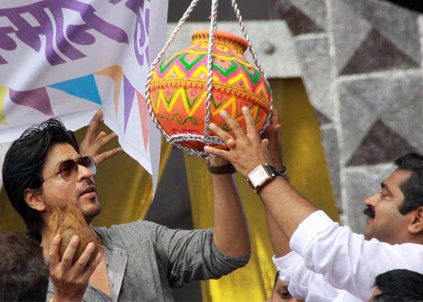 Shahrukh Khan breaks the dahi handi at Janmashtami celebrations!