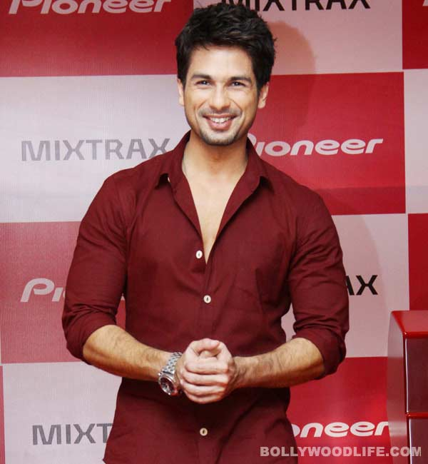 Who is Shahid Kapoor holidaying with?