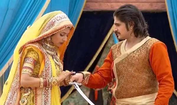 Jodha Akbar: Will Akbar's injuries melt Jodha's heart?