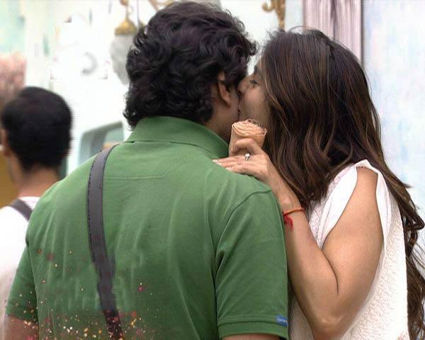 Bigg Boss 7: Tanishaa Mukherji caught kissing Armaan Kohli! View pic!