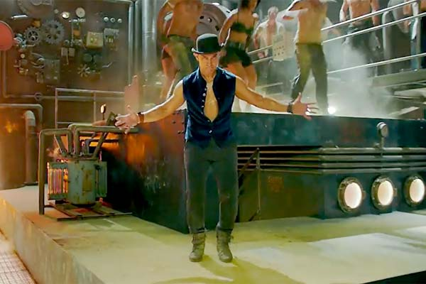 Dhoom:3 Tap song promo 2- Aamir Khan tries hard to impress with his tap dance!