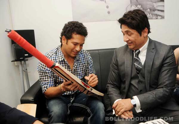 Sachin Tendulkar presents Adhyayan Suman his autographed bat