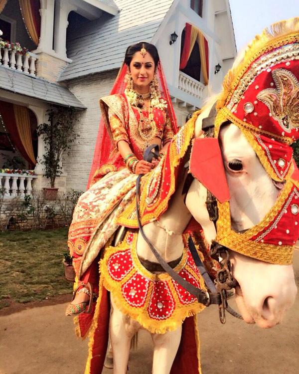 Ekk Nayi Pehchaan: Sakshi and Karan go horse riding on their wedding day!