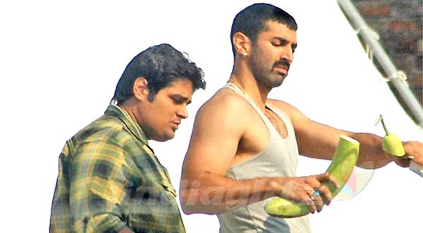 What was Aditya Roy Kapur's special treat for the crew of Dawat-E-Ishq?