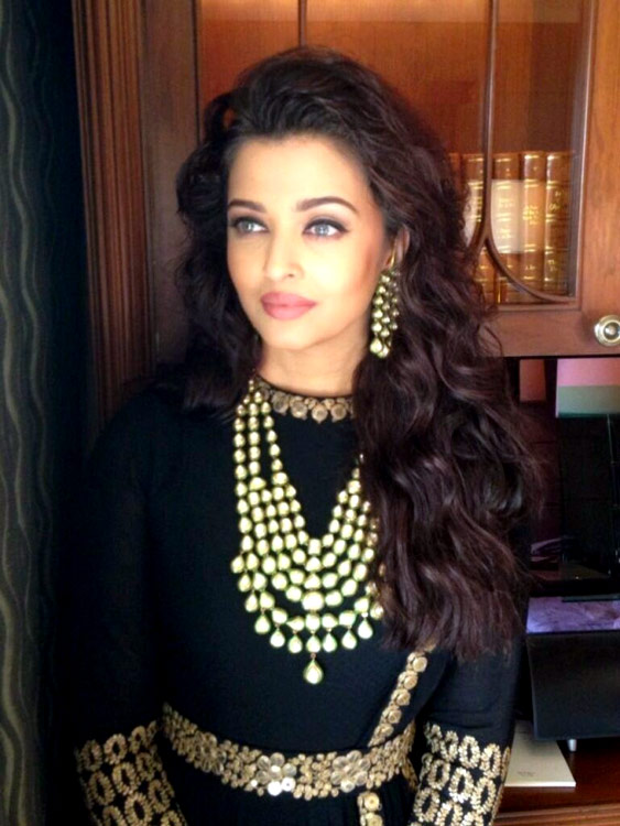 Aishwarya Rai Bachchan looks like a mythological goddess: View pics!
