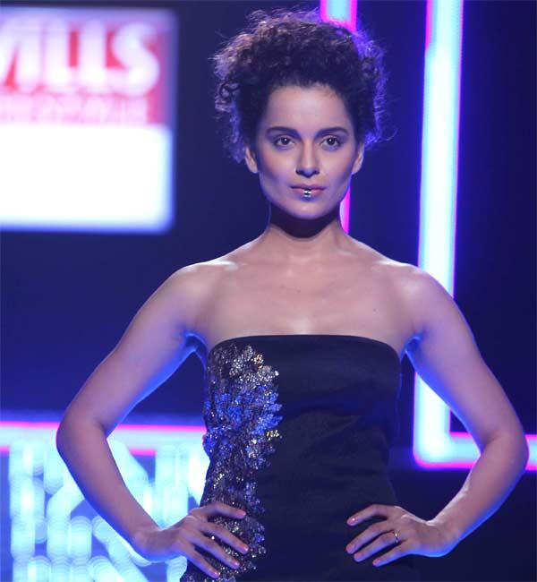 Kangana Ranaut's Fashion moment - suffers wardrobe malfunction at WIFW