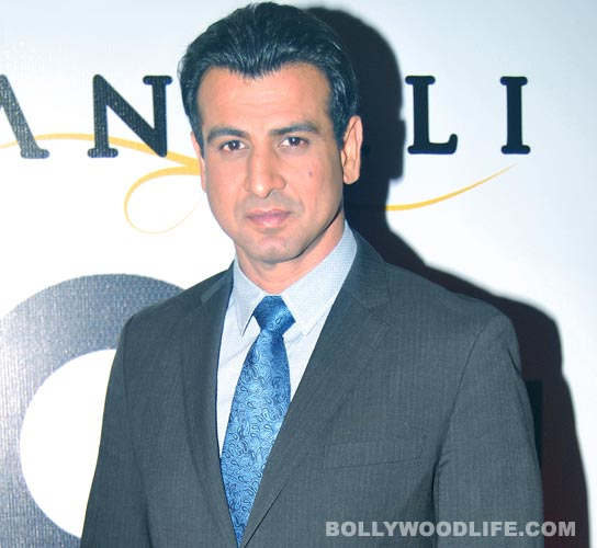 What did Ronit Roy gift the unit of Adaalat?