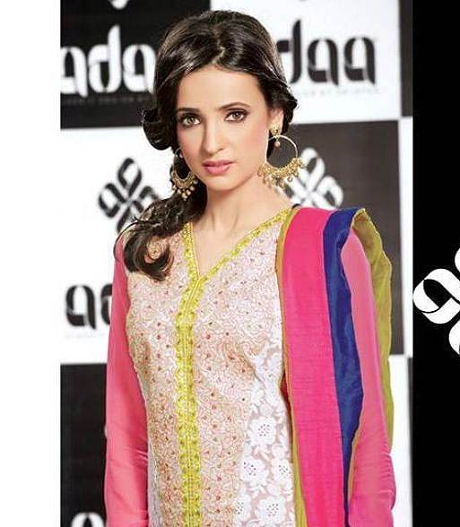 Sanaya Irani beats Drashti Dhami to become the No 1 television heroine!