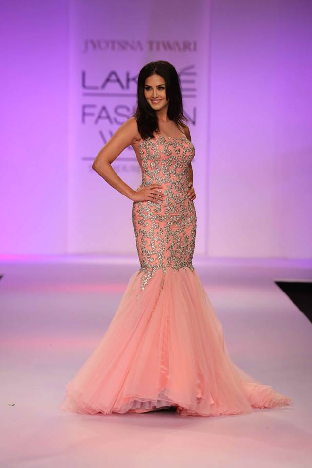 What did Sunny Leone wear at the Lakme Fashion Week? View Pic!