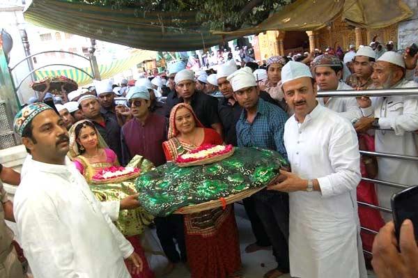 Diya Aur Baati Hum: Bhabho and Emily visit Ajmer Dargah to pray for Sandhya's safety