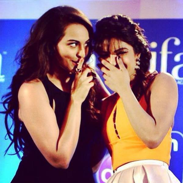 Shahid Kapoor's ex Priyanka Chopra and alleged current girlfriend Sonakshi Sinha bond at IIFA 2014 - View pic!