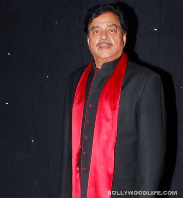 Sonakshi Sinha gives Lifetime Achievement award in IIFA 2014 to father Shatrughan Sinha