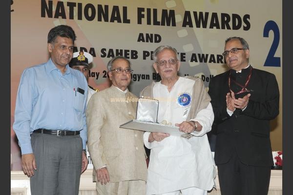 How did Gulzar react after receiving the Dadasaheb Phalke Award from President Pranab Mukherjee?