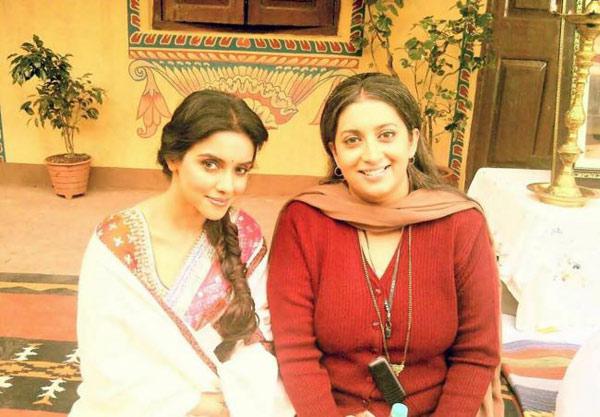 Smriti Irani does a balancing act between politics and Bollywood!