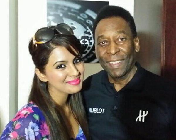 Geeta Basra poses with football legend Pele – View pic!