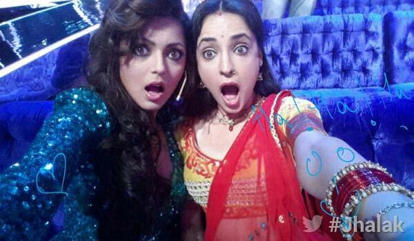 Jhalak Dikhhla Jaa 7: Best buddies Sanaya Irani and Drashti Dhami pose for a selfie - view pic!