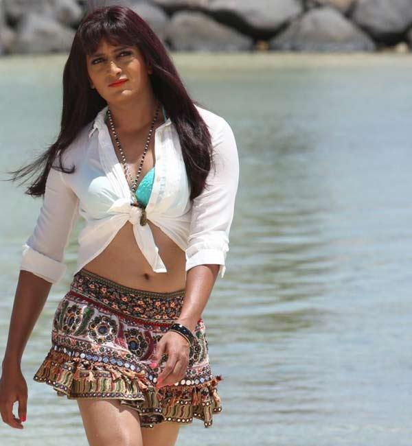 Riteish Deskmukh sports Genelia's skirt for Humshakals!