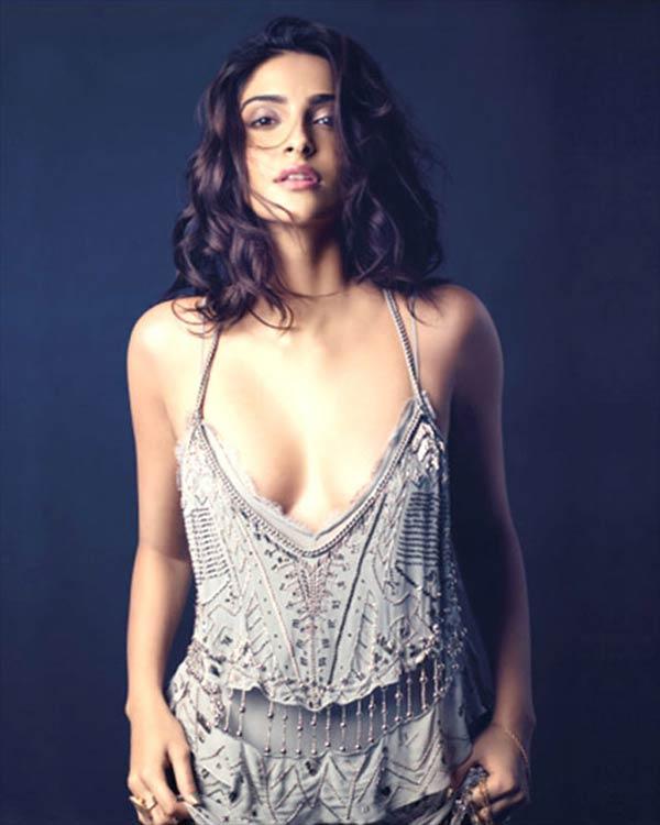Sonam Kapoor dares to bare – view pics!