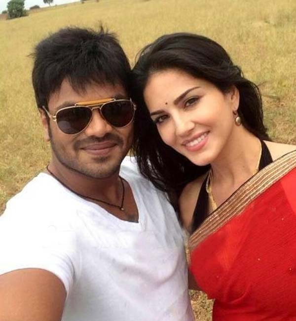 Current Teega: Sexy Sunny Leone and Manchu Manoj click a selfie!
