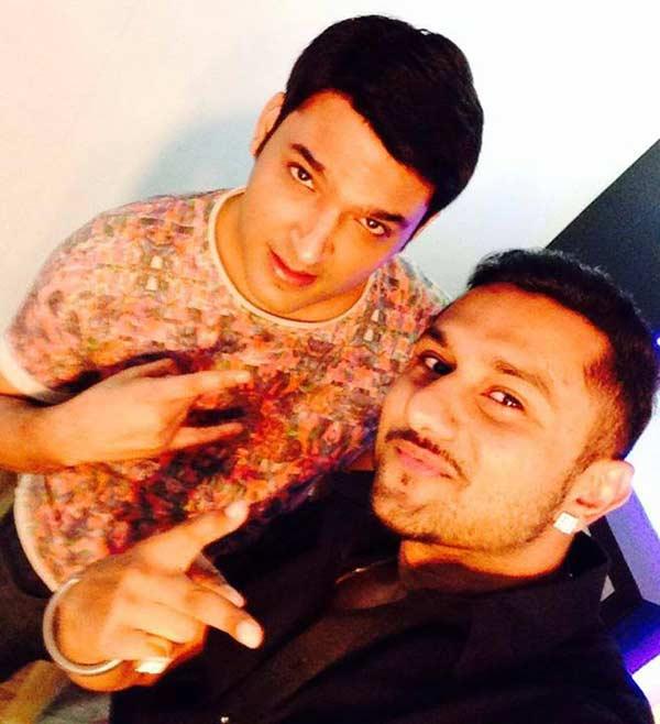 Comedy Nights with Kapil: Yo Yo Honey Singh clicks a selfie with Kapil Sharma - View pic!