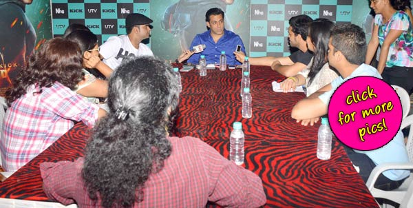 Salman Khan has a round table conference after his Iftaari hug with Shah Rukh Khan-view pics!