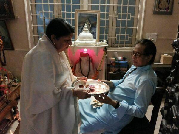 Lata Mangeshkar celebrates Raksha Bandhan with brother Hridaynath!