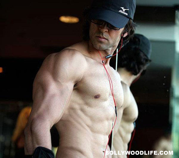 Hrithik Roshan gives tips for building six pack abs!
