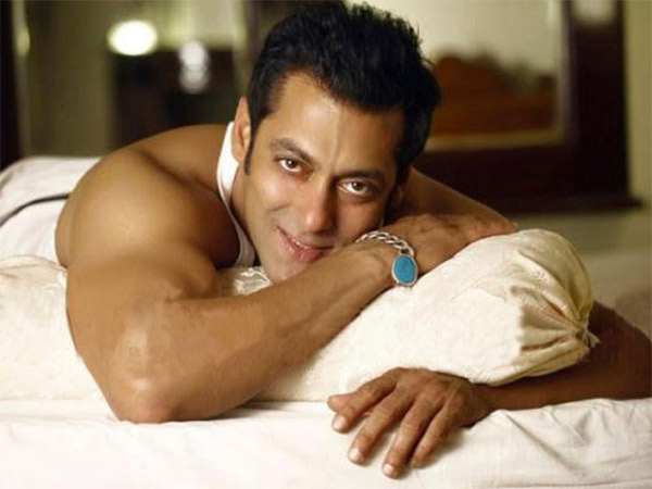 Salman Khan surprises everyone on the sets of Prem Ratan Dhan Payo - Find out how!