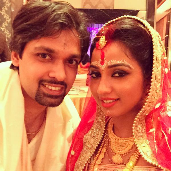 Newly-wed Shreya Ghoshal clicks a selfie with hubby Shiladitya Mukhopadhyaya- view pic!