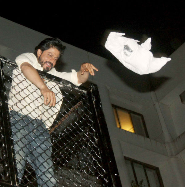 Shah Rukh Khan Celebrates His 50th Birthday With Fans