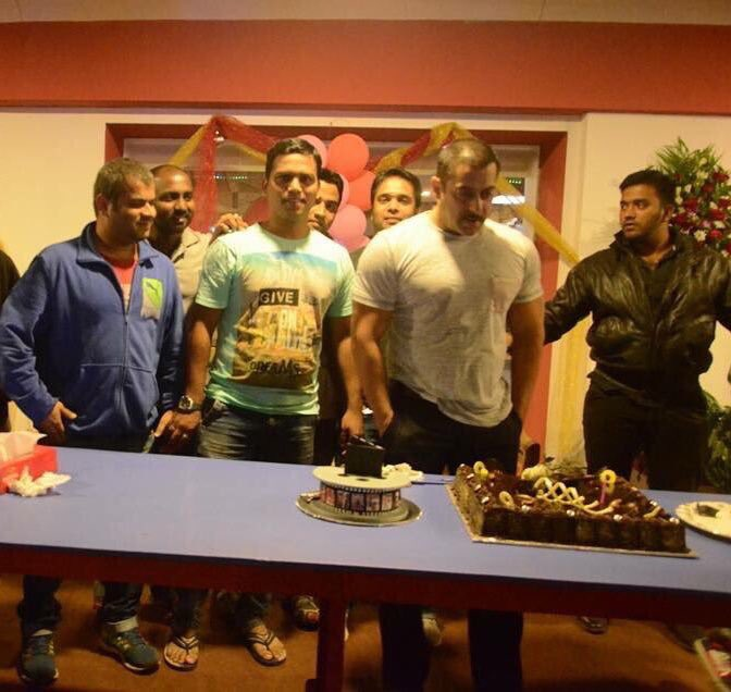 Salman Khans 50th birthday party begins with an ENORMOUS cake