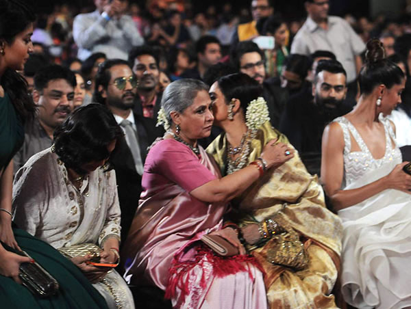 Rekha Latest News Photos Reviews: OMG! Jaya Bachchan And Rekha Hug Out Their Differences At