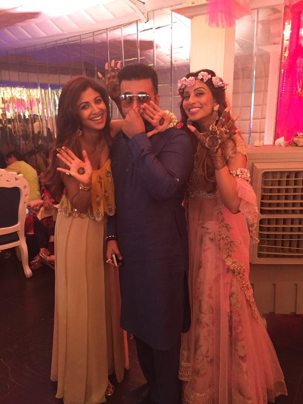 Mehndi Ceremony Of Shilpa Shetty : Shilpa shetty and shamita spotted at bipasha basu