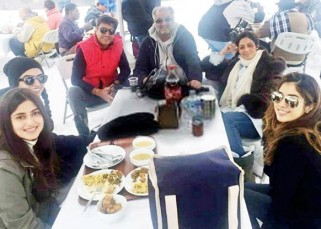This pic of Sridevi chillin with hubby Boney Kapoor and daughter Jahnavi will put a smile on your face!