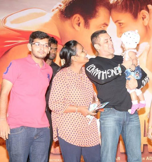 Salman khan meets and greets with fans to celebrate the success of salman khan and team sultan held a meet and greet with fans check out pics of the same m4hsunfo