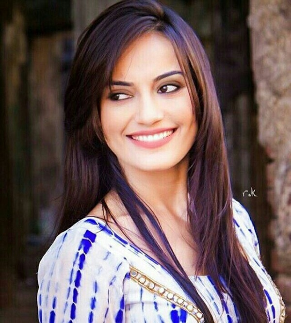 Surbhi Jyoti turns Com...