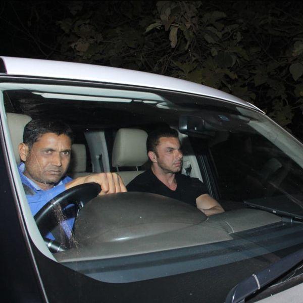 सलमान खान को छोटे भाई सोहेल खान भी यहां पर अपने भाई सलमान को उनके जन्मदिन की शुभकामनाएं देने पहुंचे थे।